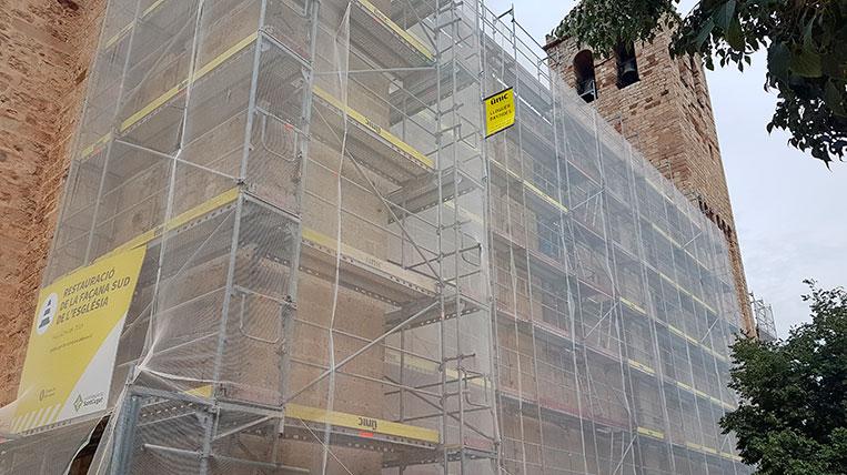 Comencen les obres de restauració de la façana sud de l'església del Monestir