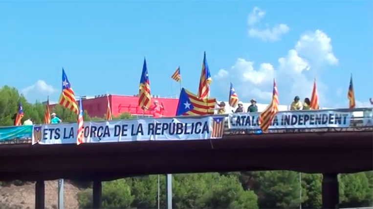 L'ANC Sant Cugat fa una acció reivindicativa al pont de l'AP7 a Sant Cugat