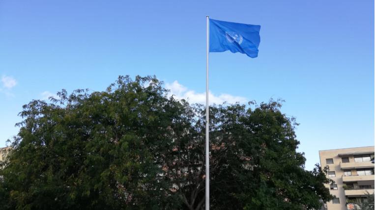 La bandera de l'ONU, a la Plaça de la Vila pel Dia de les Nacions Unides