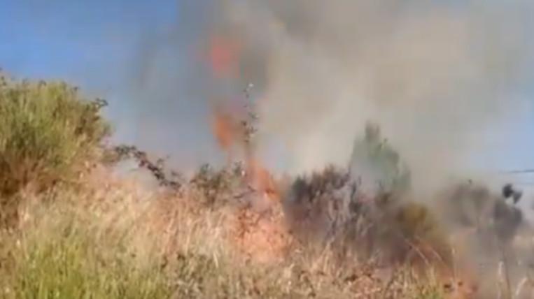 Cremen 7.000 metres quadrats de matolls en un incendi que afecta a la circulació de trens de FGC