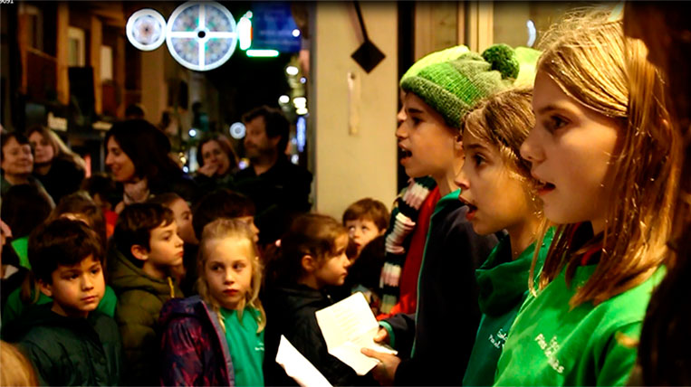 400 nens i nenes omplen de nadales els carrers de Sant Cugat
