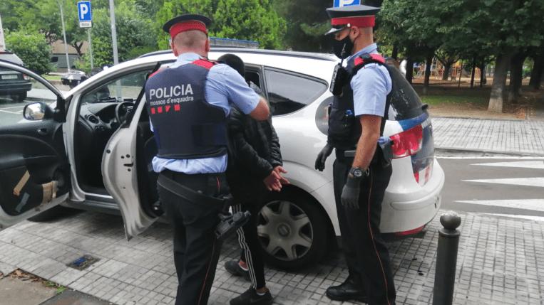 Detinguts tres homes que es dedicaven a robar a l'interior dels vehicles a Sant Cugat