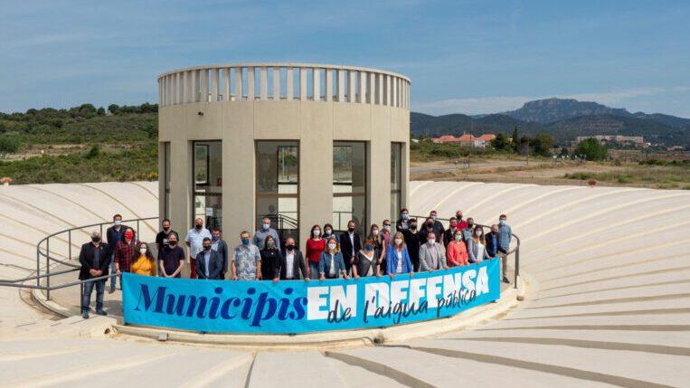 Una quarantena de representants del món local, entre ells Sant Cugat, es reuneixen per defensar la gestió pública de l'aigua