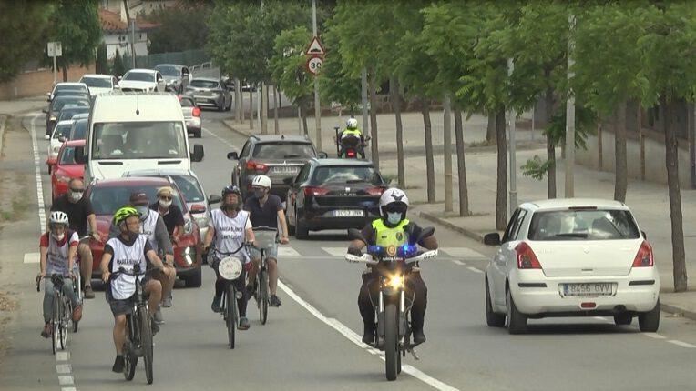 Una marxa de cotxes i bicicletes recorre els CAP de Sant Cugat per defensar la sanitat pública