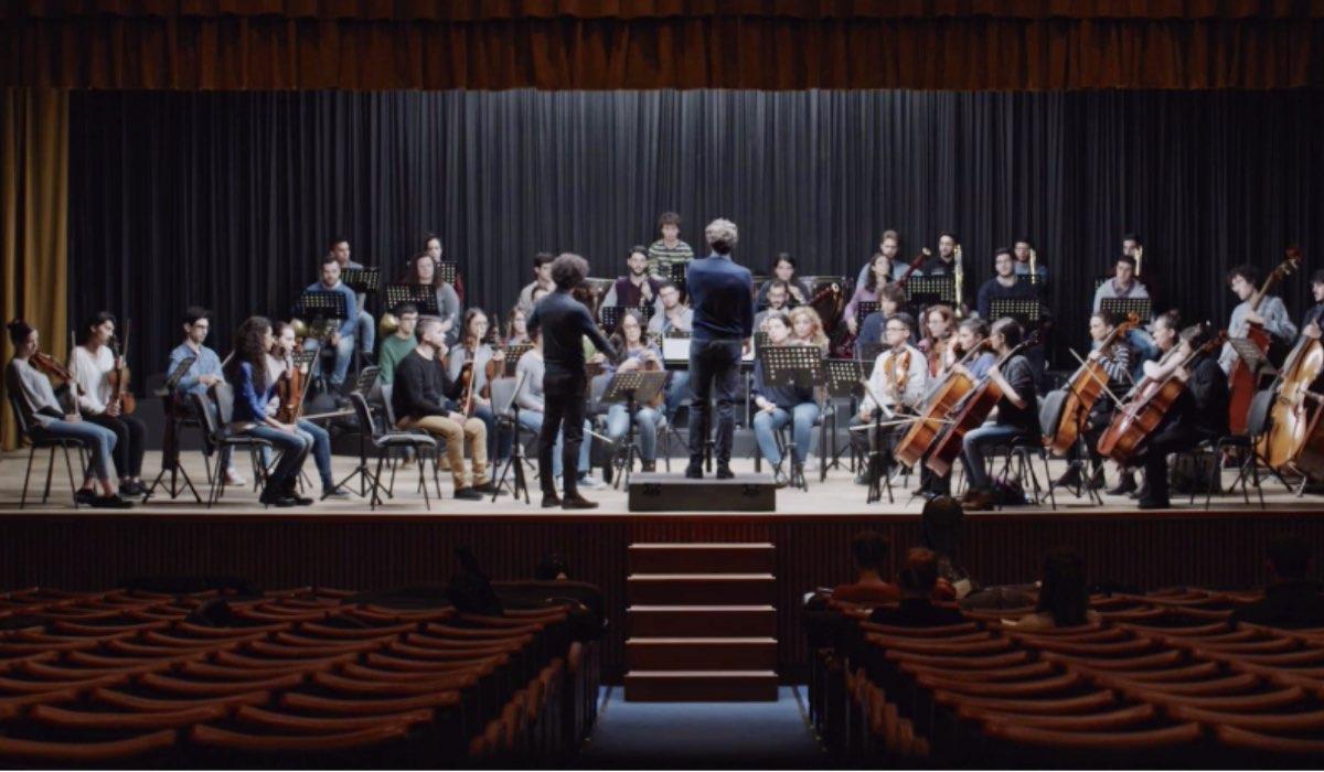 La Compagnia del Cigno orchestra guidata da Luca Marioni nel primo episodio ne L'arrivo di Matteo Credits RAI