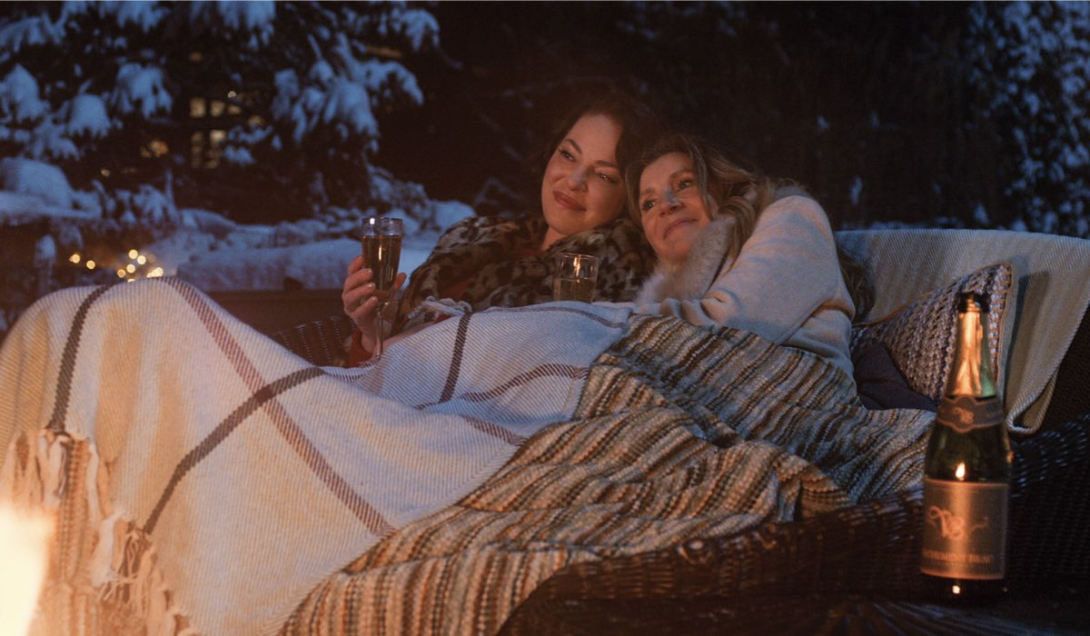 Katherine Heigl e Sarah Chalke in una scena di L'estate in cui imparammo a volare. Credits: Netflix