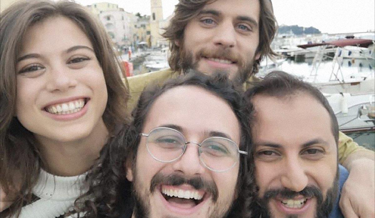 Generazione 56k, foto dal set: da sinistra Cristina Cappelli (Matilda, in alto), Angelo Spagnoletti (Daniel, in alto), Gianluca Fru (Luca) e Fabio Balsamo (Sandro). Credits: Netflix.