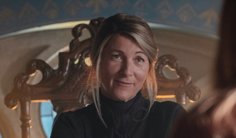 Eve Best interpreta la preside Dowling In Fateò-The Winx Saga. Credits: Jonathan/Hession Netflix