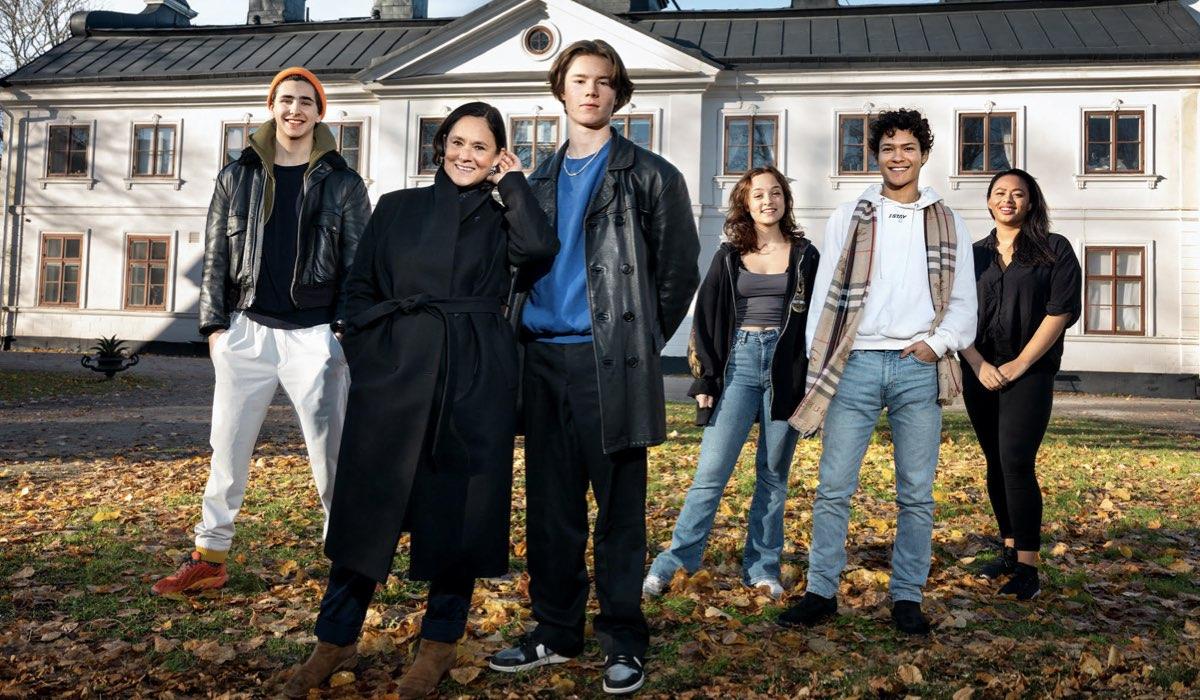 """Al centro, Pernilla August e Edvin Ryding i protagonisti di """"Young Royals"""". Credits: Johan Paulin © Netflix."""