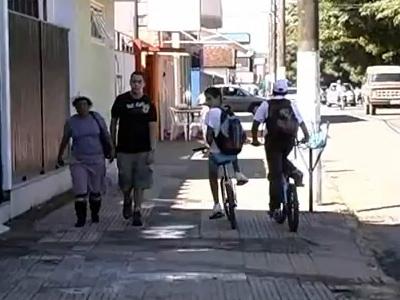 Pedestre não tem que se espremer na calçada. Vai pra rua ciclista!