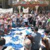 Firenze: genitori antivaccini protestano, decine di grembiuli scolastici per terra