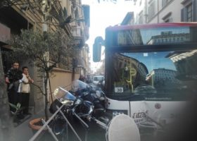 Firenze: bus Ataf contro auto e dehor. Feriti in via della Scala