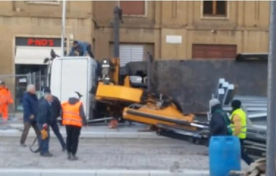 Firenze: camion si ribalta in Piazza stazione, difficoltà ulteriori per il traffico