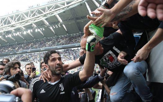 Gianluigi Buffon, dopo 17 anni, saluta la Juve e i suoi tifosi