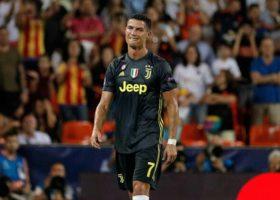 Champions: Juve vince a Valencia (0-2). Ronaldo: primo rosso diretto fra le polemiche. Roma ko a Madrid
