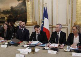 Gilet gialli, Macron: «Saremo intransigenti con i violenti». Poche concessioni. E la lotta continua