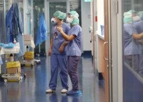 Covid Italia: calano morti (201), crescono i contagi (8.085). Tasso al 2,8%