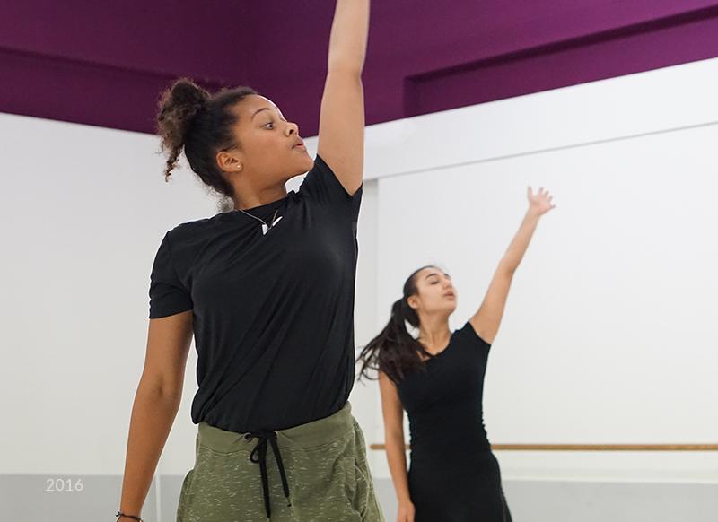 Twee meiden die dansen in danszaal
