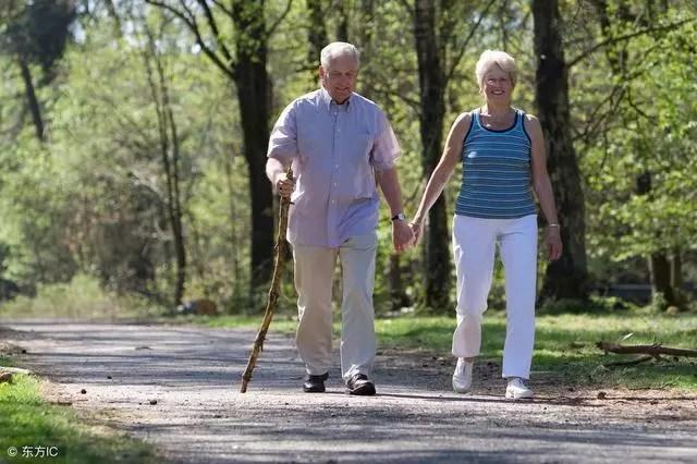 想長壽,步行,強腰,這是因為散步對身體是非常有好處的,降血壓,防止肌肉萎縮,到小區散步30分鐘左右,能活九十九。這一俗話詮釋了散步對人體有好處,你就會發現健康和情緒有顯著的改變。你要做的只是讓身體活動,就能感覺更有活力!但是記住,會收穫這6大好處