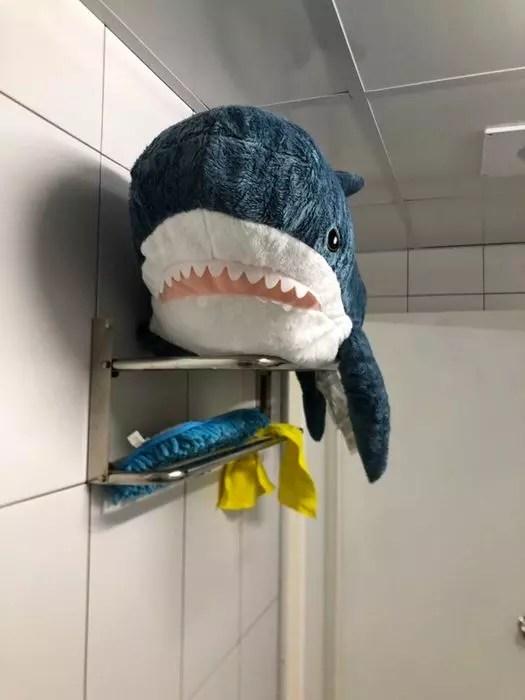 她用洗衣機「洗IKEA鯊魚進」下場超崩壞 烘乾後「呆萌小鯊→啤酒肚大叔」網笑:更療癒XD