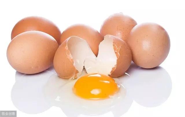 中老年人吃雞蛋。會升高膽固醇?營養師闢謠:要少吃的是這些食物