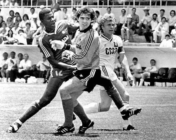 Canadian goalkeeper Tino Lettieri, center, gets tangled with teammate Randy Samuel, left and Soviet player Alexander Zavarovi, right, during the Football World Cup match between Canada and Soviet Union in Irapuato, Mexico on June 9, 1986. (AP Photo)