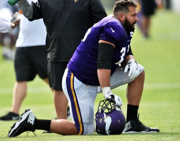 Minnesota-vikings-offensive-lineman-matt-kalil-takes-a-knee-between-drills-in-the-afternoon