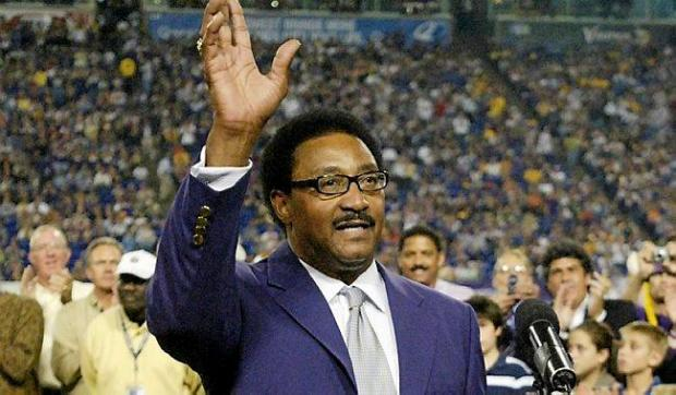 Former Minnesota Vikings running back Chuck Foreman waves to the crowd after being inducted into the Vikings Ring of Honor during a half-time ceremony on Sunday, Sept. 30, 2007, in Minneapolis. Foreman, a Maryland native, had five consecutive Pro Bowl seasons and starting as a rookie in 1973. (AP Photo/Paul Battaglia)