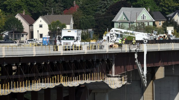Construction crews work on the closed Smith Avenue High Bridge in St. Paul Thursday, Sept. 14, 2017. The work, part of a 14-month, $39 million project to rebuild the bridge deck, will include installing 9-foot-tall ornamental railings to reduce the likelihood of people committing suicide by jumping from the bridge. (Dave Orrick / Pioneer Press)