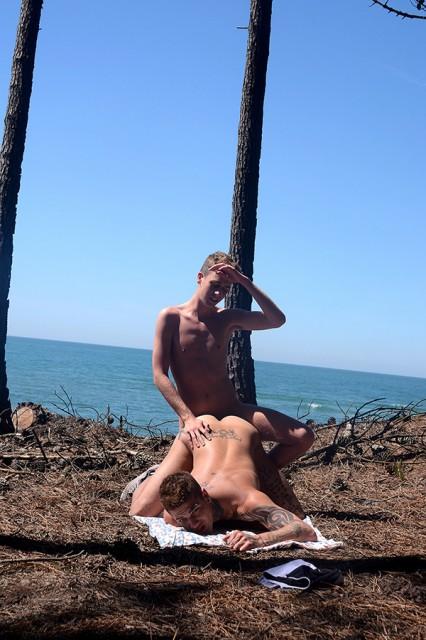 Louis Blakeson and Mickey Taylor flip flop at the beach (Staxus)