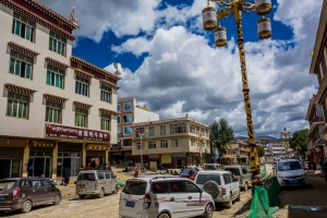 Busy and messy roads of Litang