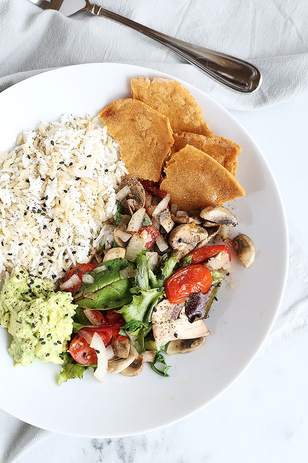 This Healthy Fajita Bowl is SUPER easy to make and perfect for lunch or dinner! A blend of natural flavors come together beautifully! Rice, lime avocado, soft tortilla chips and sauteed mushrooms and tomatoes! / TwoRaspberries.com
