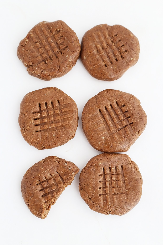 These Flourless Chocolate Almond Butter Protein Cookies are supple simple, only require 4 ingredients and no baking required! Vegan plus gluten free. / TwoRaspberries.com
