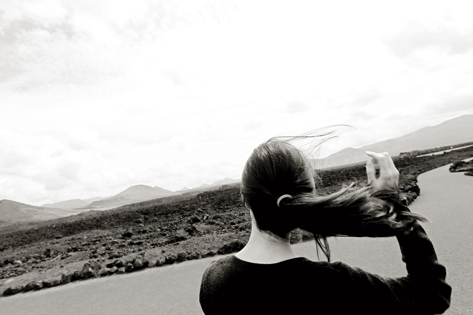El viento, al fondo asoman el pico Halcones y las Montañas de Fuego