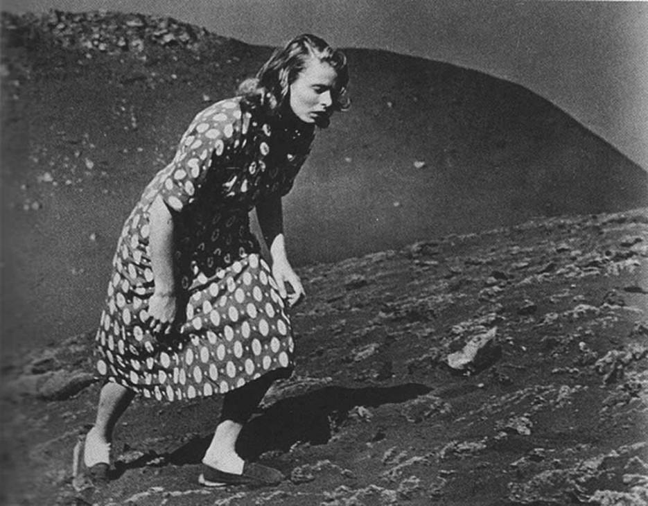 Ingrid Bergman intentando cruzar el volcán en la escena final de Stromboli