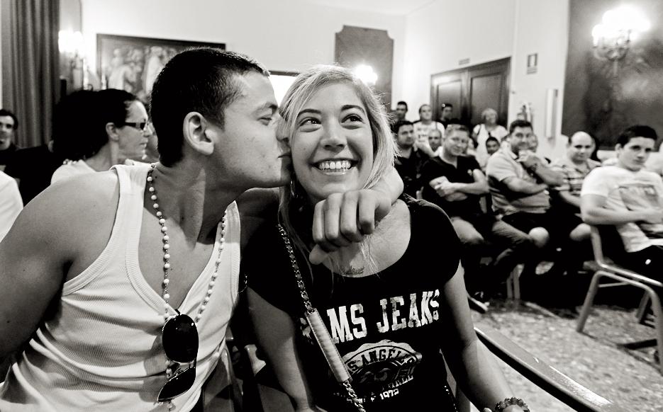 Andrea Puig, una de las seleccionadas, recibe un beso de su novio, Nikolai Linko.