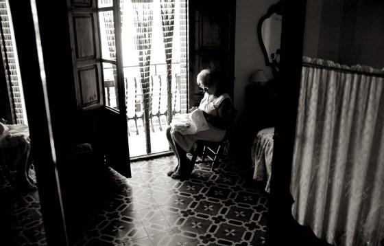 La abuela Conchín cosiendo junto a la ventana