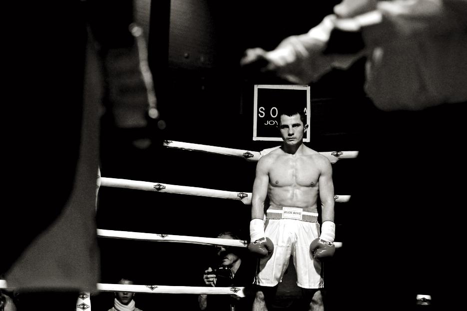 """Iván """"El Terrible"""" en el rincón mientras el árbitro efectúa la cuenta de protección a su rival"""