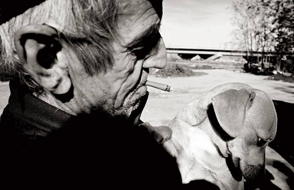 Vasile me enseña a su perro sin nombre, al que encontró recién nacido en la basura