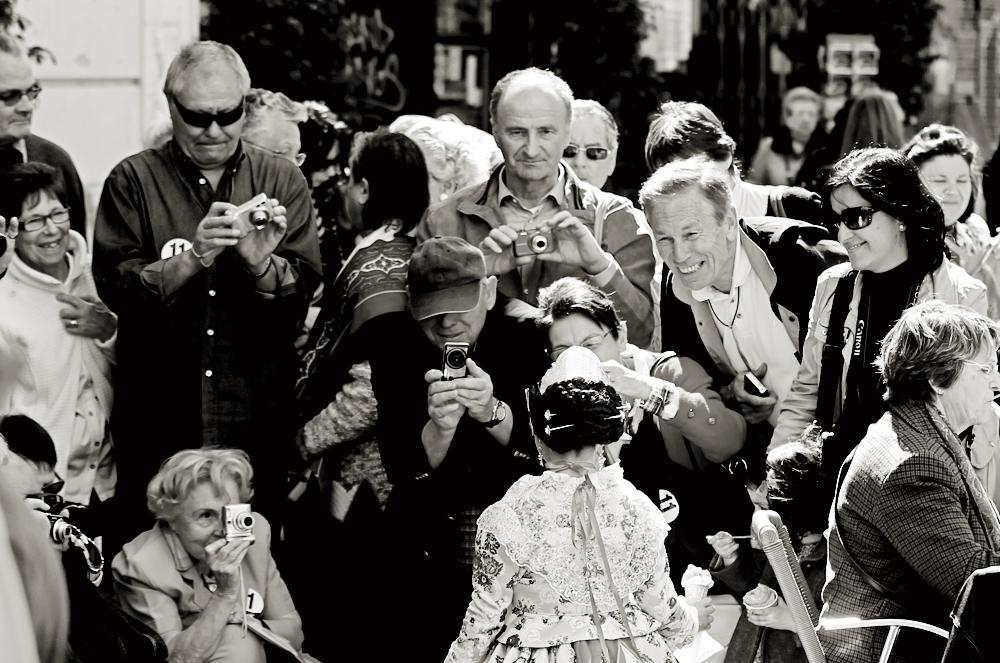 Un grupo de simpáticos turistas toman fotografías de forma compulsiva a una niña vestida de fallera, el pasado día 20 de marzo, en el centro de Valencia