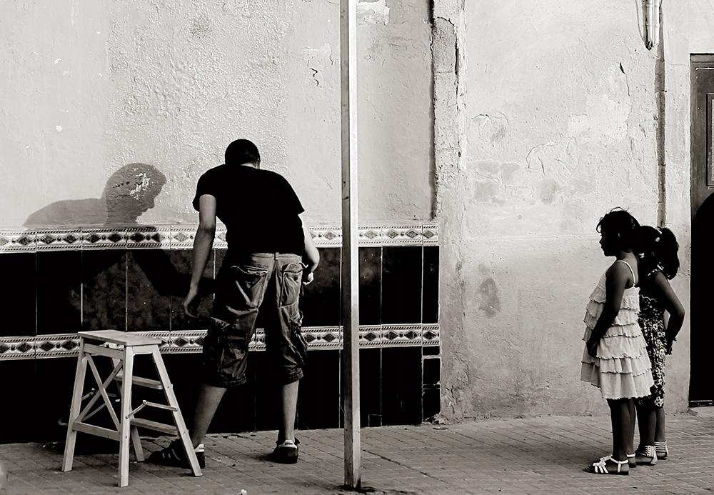 Vinz preparando el muro ante la atenta mirada de unas vecinas