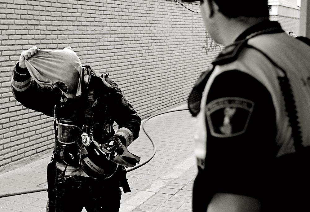 Un bombero a la salida del trabajo