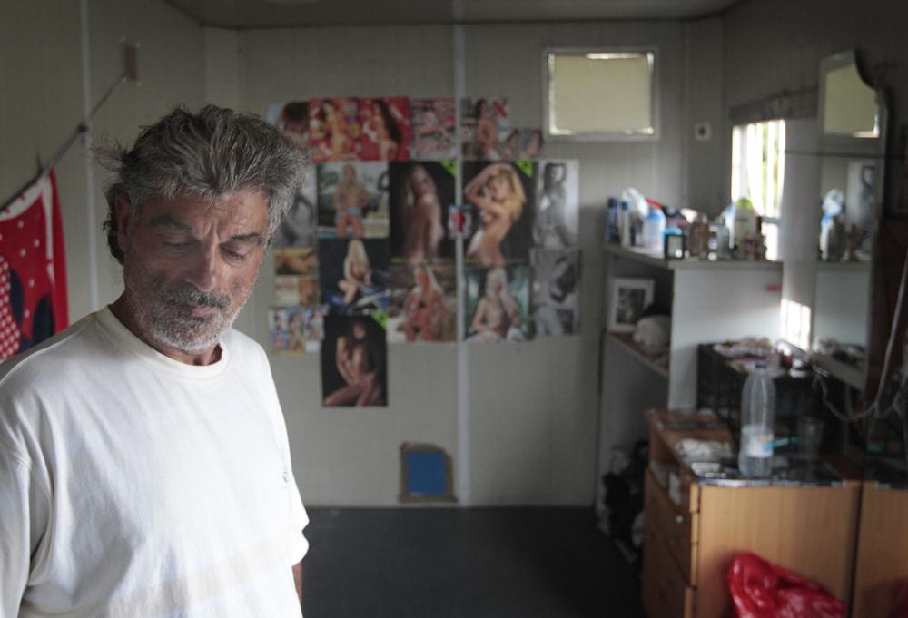 Enrique cuenta que decidió irse a vivir al contenedor porque no se lleva bien con su hermana. Agosto de 2013