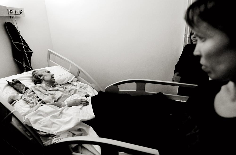 Noche del 14 de enero. Encarnación agoniza en su cama del Hospital Militar de Manises ante la mirada de su hija Isabel, en primer plano. Unas horas después fallece.