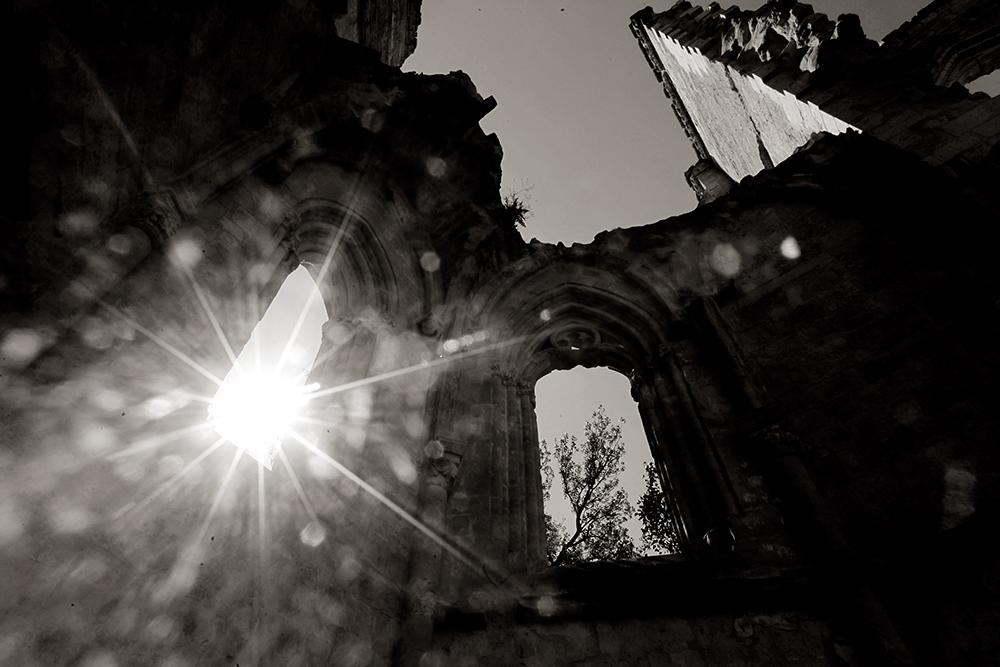 El sol entre las ruinas del antiguo monasterio de San Antón, regido por los antonianos, que se dedicaban a cuidar de los enfermos que llegaban haciendo el Camino de Santiago. Castrojeriz.