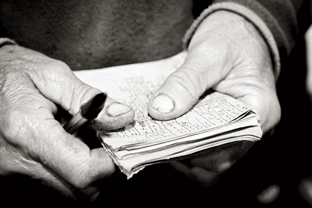 Las manos y la libreta de Pascual Company, agricultor de Picanya