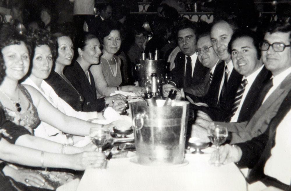 Las cinco parejas, de cena en el Moulin Rouge en los años 70