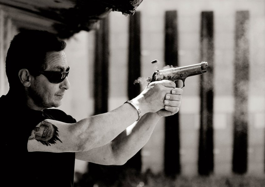 Ezequiel, un exmilitar que vende armas de fuego, se ejercita en Club de tiro Olímpico de Cullera. Mayo de 2013.