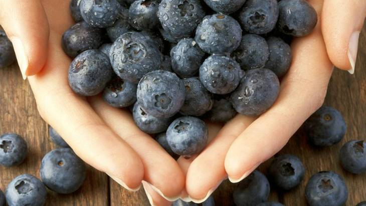 Holding blueberries | Healthiest Foods To Eat
