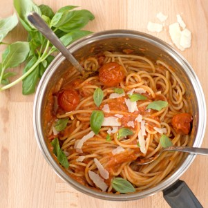 Holly-cooks-roast-cherry-tomato-pasta-in-pan-550